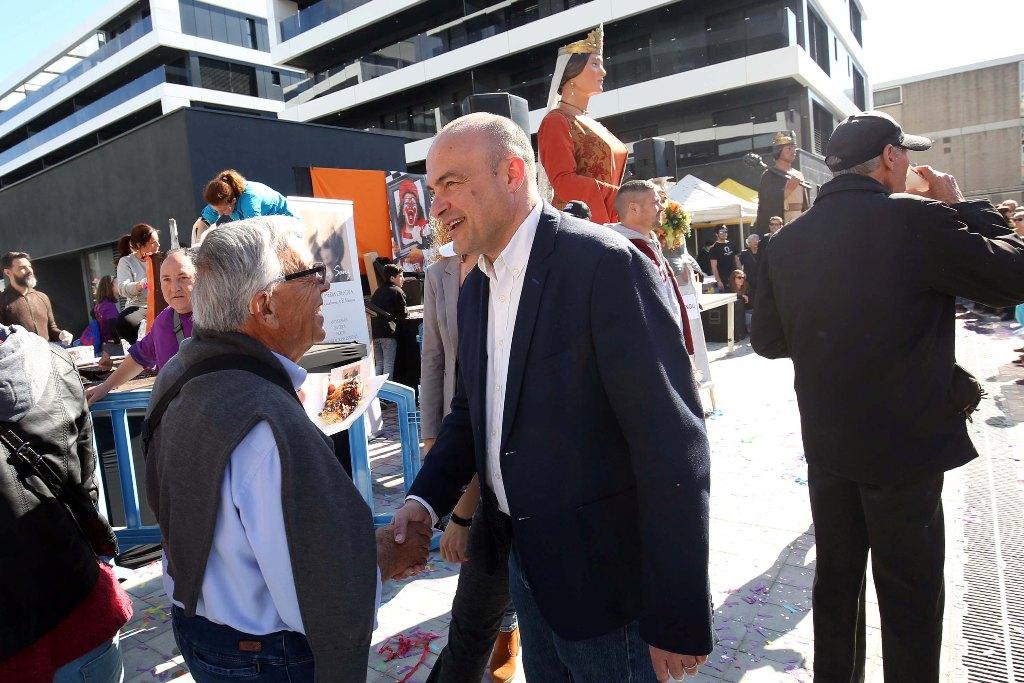 L'Alcalde, Jaume Oliveras, conversa amb un veí durant la inauguració de la nova plaça ubicada on hi havia l'antiga Dogi.