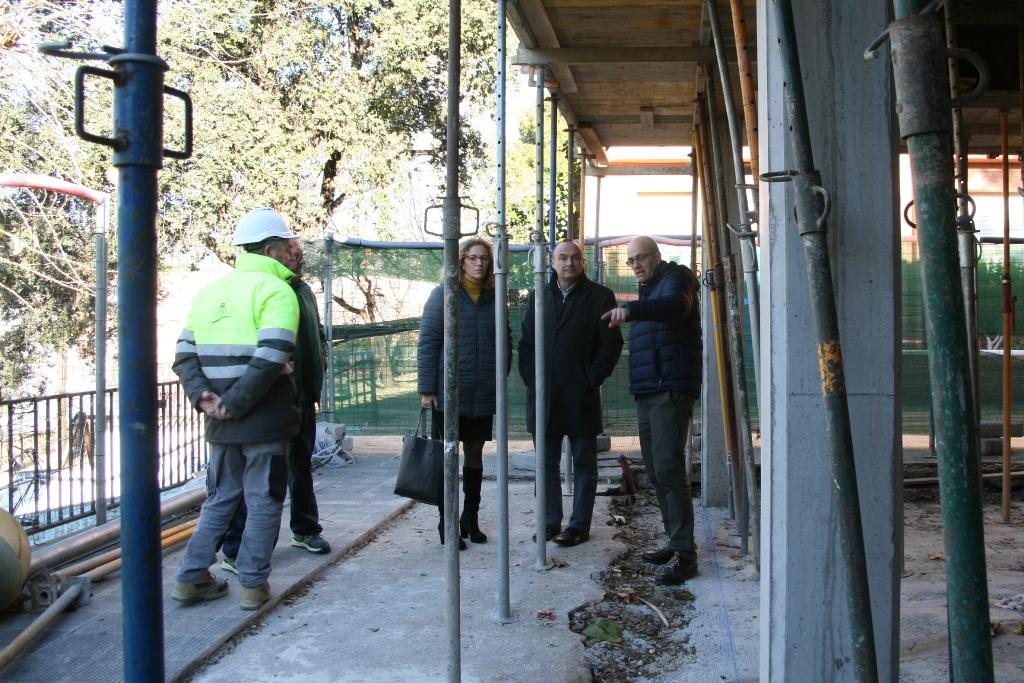 L'Alcalde del Masnou, Jaume Oliveras (centre) en visita d'obres a l'Escola Ferrer i Guàrdia, acompanyat de la regidora Sílvia Folch i el regidor Ricard Plana.