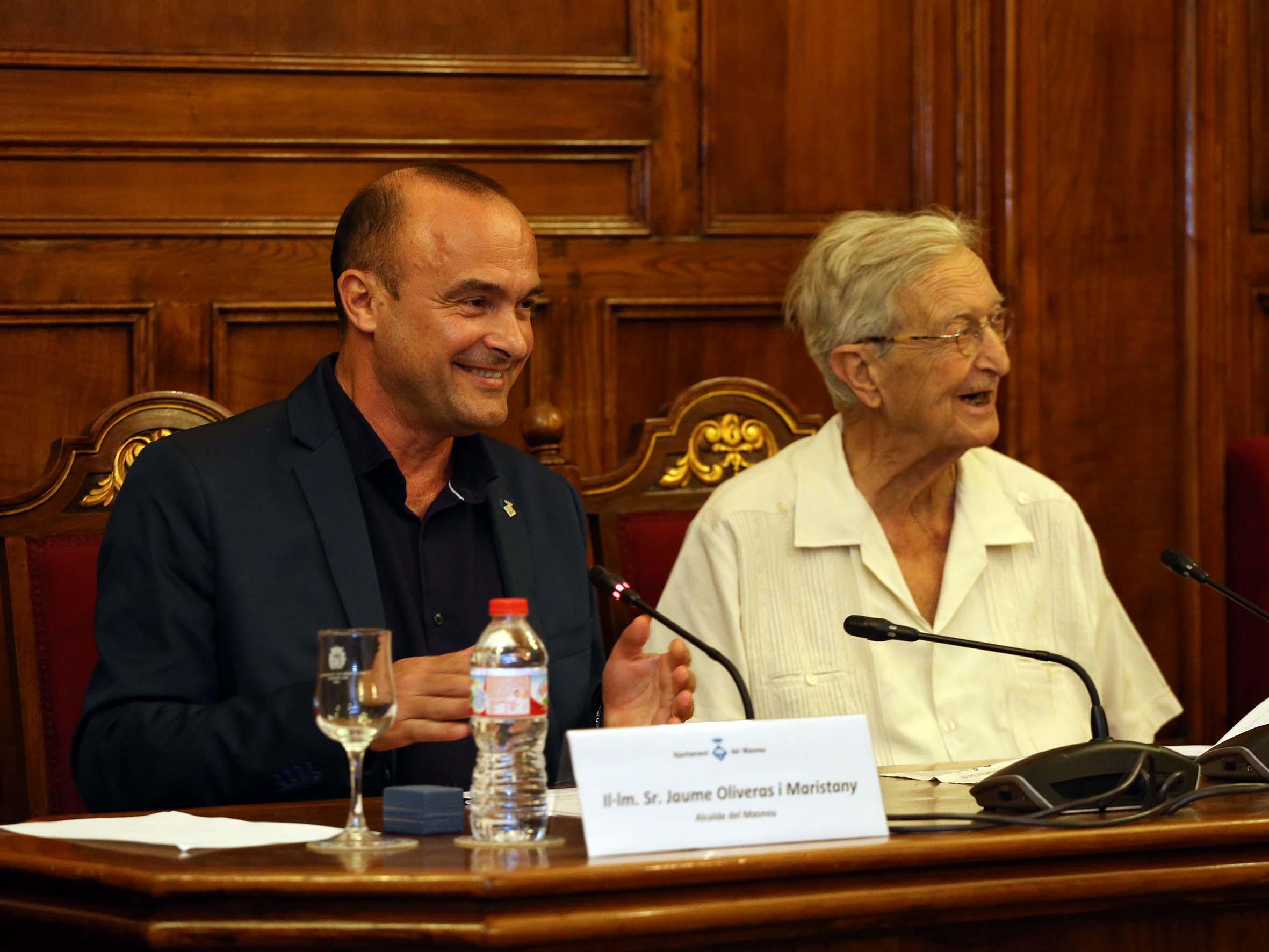 L'alcalde del Masnou, Jaume Oliveras, amb Jacint Ros Hombravella, Creu de Sant Jordi, en l'acte de proclamació d'Hombravella com a fill adoptiu del Masnou.