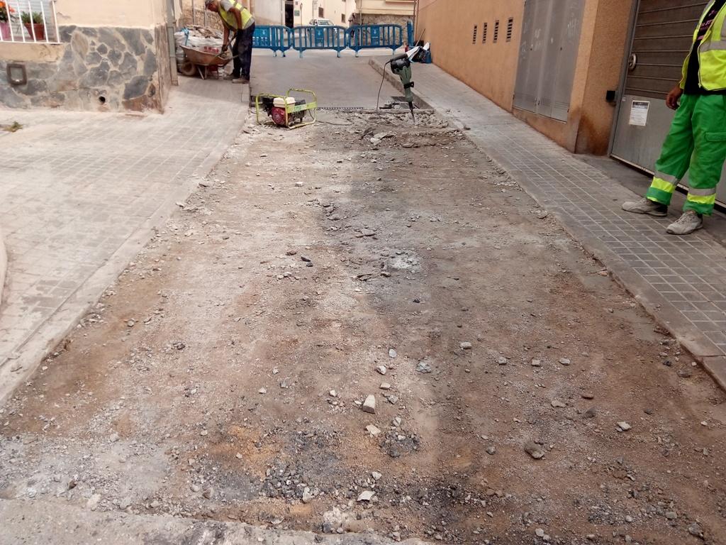 Treballs de reparació del pas elevat al carrer de la Mare de Déu de Núria.